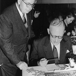 James Brunot (links) und Richard Spear (rechts), London 1954.